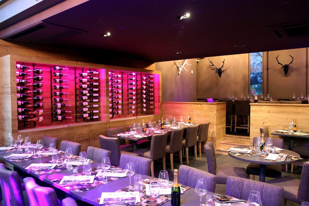 Cave à vin, tables, chaises, podium, champagne, décoration, restaurant, bar